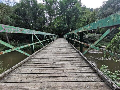 Alte Holzbrücke für Fußgänger in den Wald