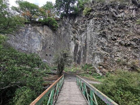 Der Weg über die Brücke führt zum Klettern
