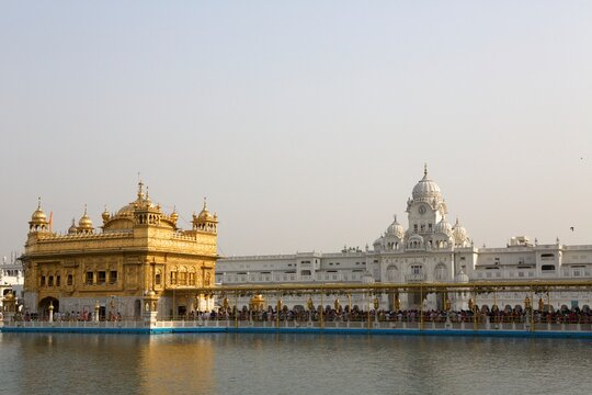 Crowds queueing at Golden Temple, Amritsar, Punjab, India, Asia