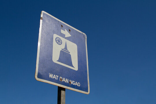 Traffic signs turn right to a tourist attraction