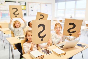 Kinder mit Fragezeichen für Orientierung