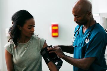 Exam: Woman Has Blood Pressure Tested Papier Peint