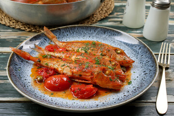 pesce gallinella di mare in salsa di  pomodori freschi