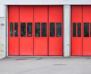 Foto op Aluminium Londen rode bus red door in the street