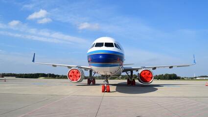 Geparkter Flieger auf dem Flughafen Rostock-Lage Fotobehang
