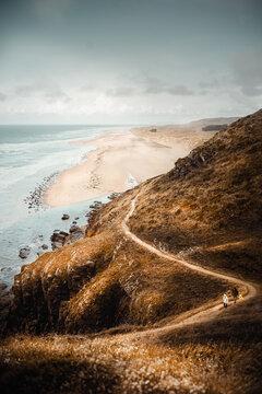 Blick über die Küste der Normandie mit Strand und Meer und Dünen vom Phare de Carteret