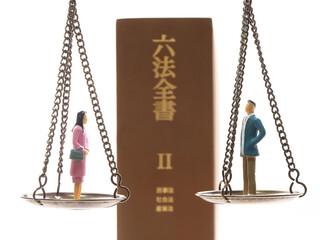 離婚調停イメージ 天秤と夫婦と六法全書