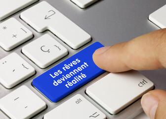 Les rêves deviennent réalité - Inscription sur la touche du clavier bleu.