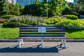 感染症対策の注意書きが貼られた山下公園のベンチ