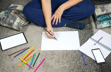 Con la llegada del COVID 19 lo mejor es trabajar y estudiar en casa, con toda la comodidad posible ya sea en el suelo o en el sofá de tu sala y aprovechando la tecnología se puede hacer