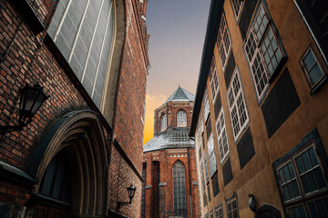 Photo sur Plexiglas Ruelle etroite St. Peter's Church with old town alley in Riga, Latvia