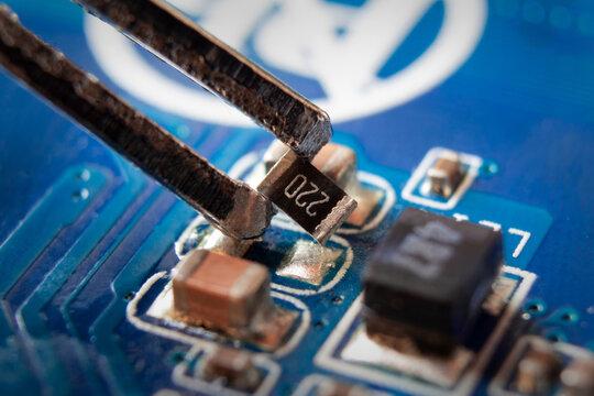 Smd resistor in tweezers