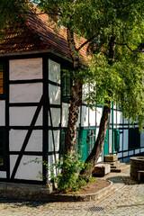Fachwerk Sauerland Deutschland Sommer Idyll Nostalgie Romantik Vintage Bauwerk Häuser Fassaden Kopfsteinpflaster Ensemble Iserlohn Baustil schwarz weiß Dachziegeln Kulisse Tourismus Sehenswürdigkeit