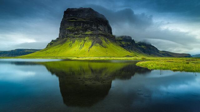 Montagne Lomagnupur et son reflet en Islande