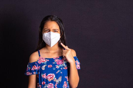 Niña con protección mascarilla enojada
