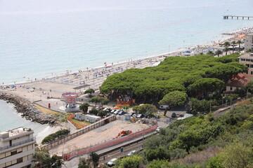Widok włoskiej plaży i miast z górskich szlaków