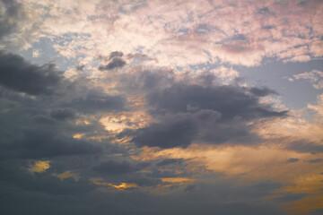 niebo chmury zachód słońca wieczór kolory pomarańczowy róż