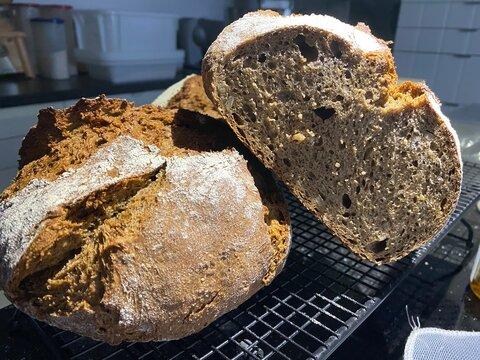 Frisch gebackenes Brot mit Anschnitt