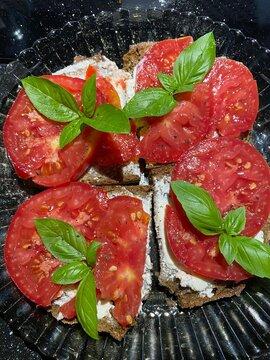Tomatenbrot mit Basilikum
