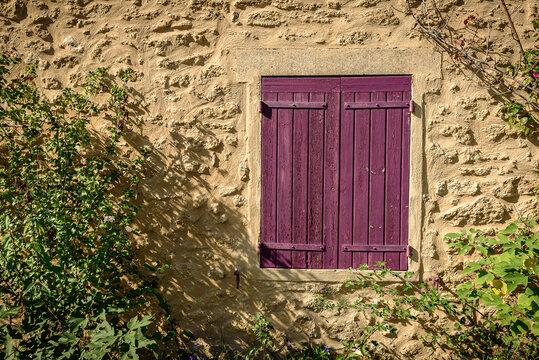 Fenêtre campagnarde dans le village de Lourmarin en Provence