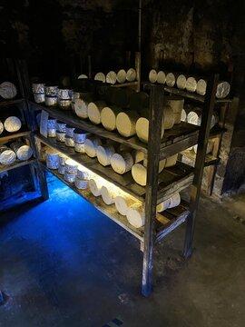 Fromages entreposés dans une cave à Roquefort, Occitanie