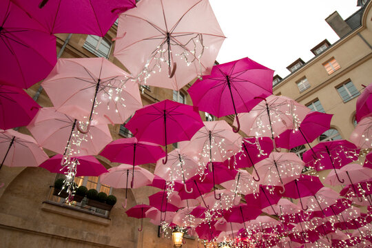 Parapluies Roses et Blancs Suspendues