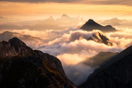 herbstliches nebelmeer in den alpen bei sonnenuntergang