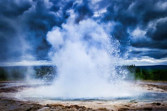 Geysir spritzt Wasser