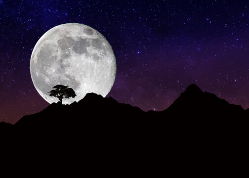 La montagna con il cielo stellato