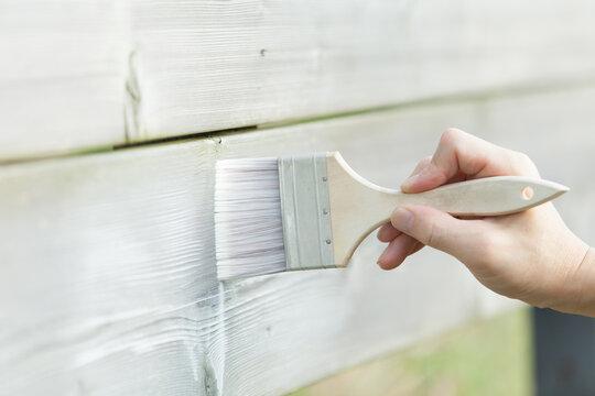 白い塗料を木材に塗る