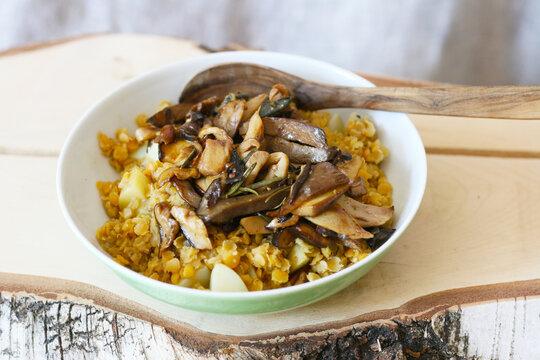 Linsendahl mit Waldpilzen, einfache vegane proteinreiche regionale Mahlzeit. Pilz, Steinpilze und Maronen im Herbst sammeln und verwenden.
