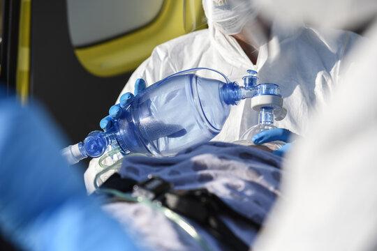 santé covid-19 coronavirus épidémie urgence masque ambulancier
