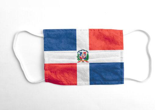 Mascarilla con la bandera de República Dominicana impresa, sobre fondo blanco, aislado.