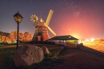 Historische Windmühle auf Insel Amrum, Nebel bei Nacht mit Milchstraße und Sterne