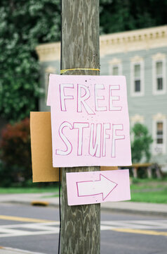 "Free Stuff"""" sign with an arrow"