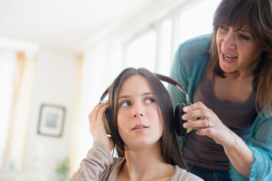 Mom yelling at teenage daughter (14-15)