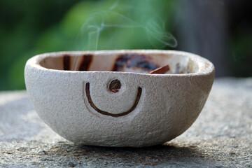 Portacenere di ceramica con voluta di fumo