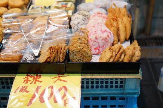 일본 시장 내의 다양한 먹거리들