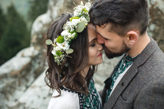 Photoshoot of wedding couple on nature.