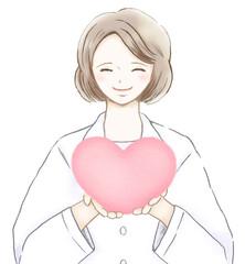 ピンクのハートを持つ優しい笑顔の女医