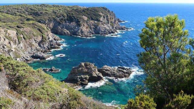 Côtes de l'île de Porquerolles, au large de la ville d'Hyères, panorama sur les falaises des Gorges du Loup, au bord de la mer Méditerranée (France)