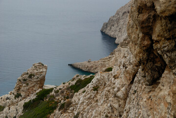 Skaliste brzeg greckiej wyspy Folegandros widziane z góry od strony lądu.