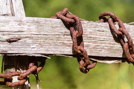 Vieille chaîne rouillée et vieux bois
