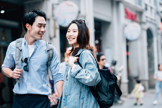 Young asian couple traveling in a city downtown