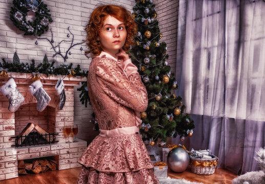 Junge Frau in einem weihnachtlich dekorierten Zimmer.