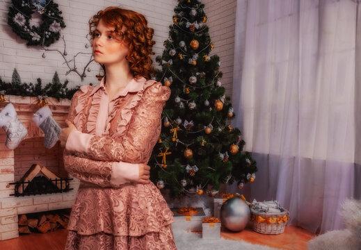 Frohes neues Jahr in meinem Haus. Attraktive rote Frau, Porträt eines schönen jungen Mädchens, das in der Neujahrsnacht lächelt und sich entspannt. Weihnachtsstimmung