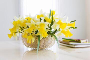 スイセンの花と文具