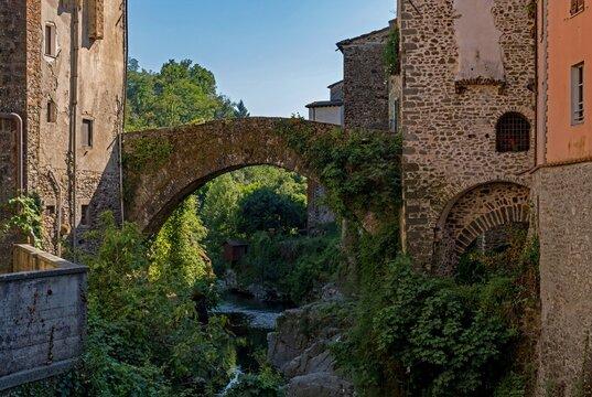 Brücke über den Fluss in Bagnone in der Toskana in Italien