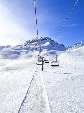 Télésiège du Borsat entre Tignes et Val d'Isère, espace Killy, entre ciel et neige