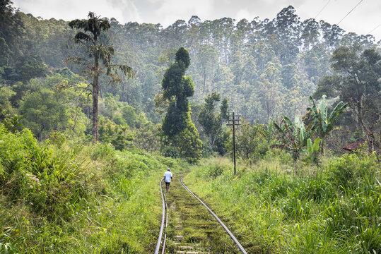 Sri Lanka alter Mann auf Gleisen
